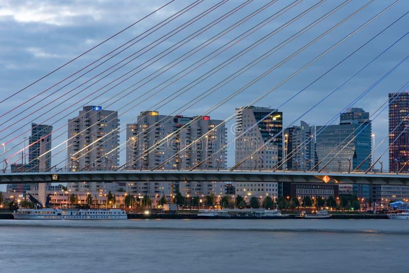 Ponte do Erasmus e o Rio Mosa novo no crepúsculo fotos de stock royalty free