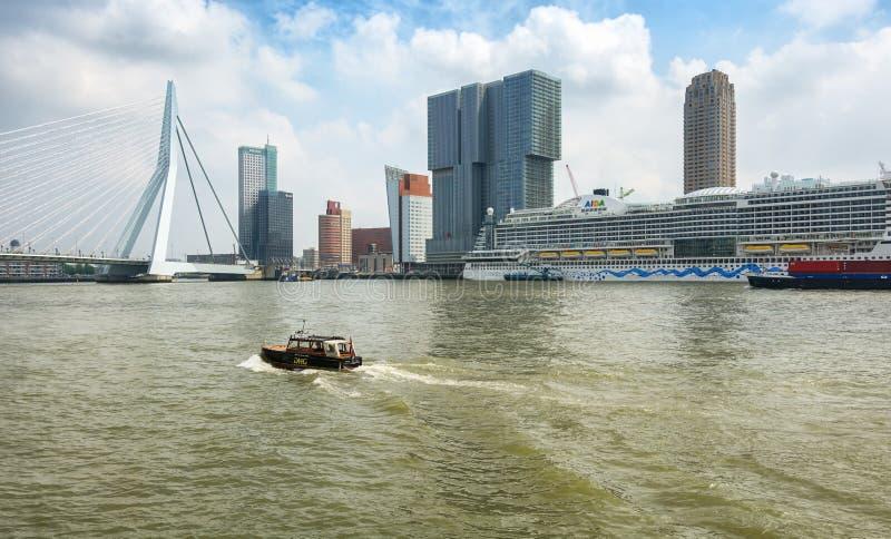 Ponte do Erasmus e para a construção o Rotterdam ao longo do Wilh imagem de stock royalty free