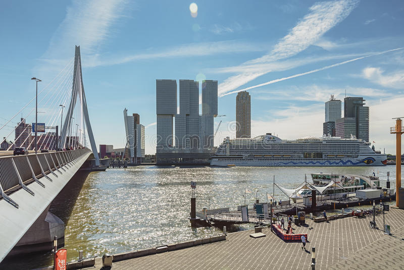 A ponte do Erasmus e para a construção o Rotterdam ao longo do Wilhelminakade tem o navio de cruzeiros de AIDA entrado fotografia de stock royalty free