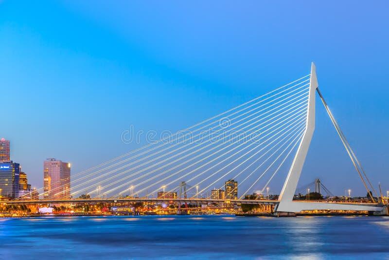 Ponte do Erasmus sobre o rio Meuse em Rotterdam, Holanda sul, Países Baixos durante o crepúsculo imagem de stock