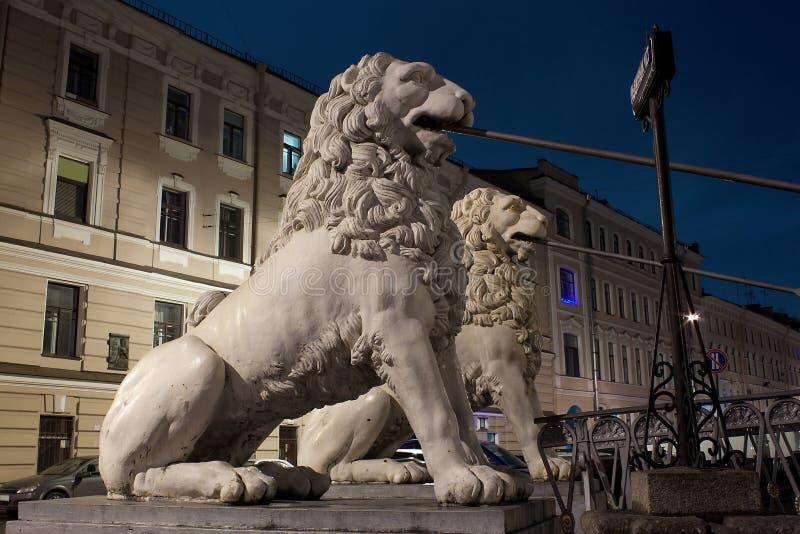 Ponte do leão do pedestre em St Petersburg, Rússia imagem de stock royalty free