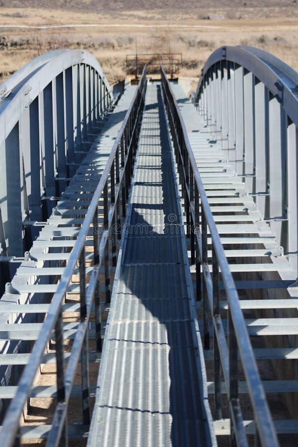 Ponte do metal a em nenhuma parte fotografia de stock