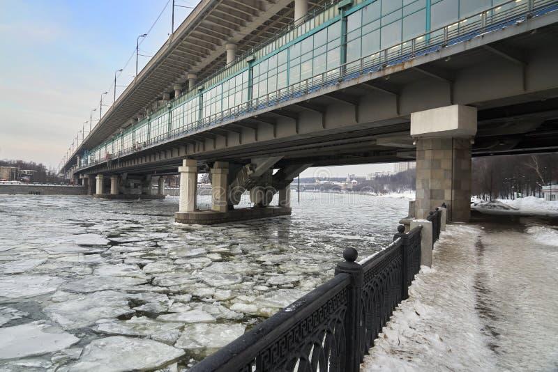 Ponte do metro de Moscou Luzhniki através do Moscou-rio coberto com as banquisas de gelo na mola imagem de stock royalty free
