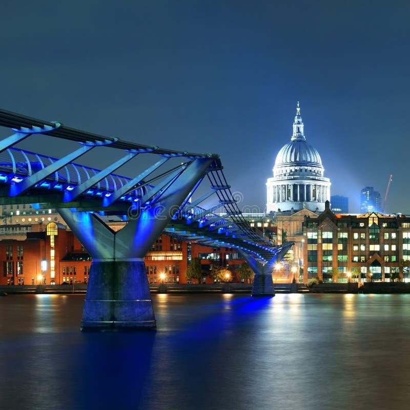 Ponte do milênio e St Pauls fotografia de stock
