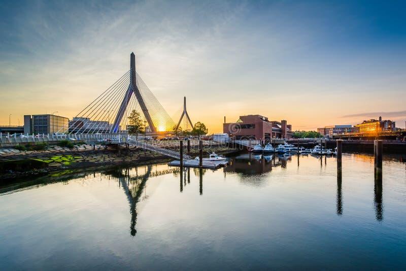A ponte do monte de depósito de Leonard P Ponte do monte de depósito de Zakim no por do sol, em Boston, miliampère foto de stock royalty free