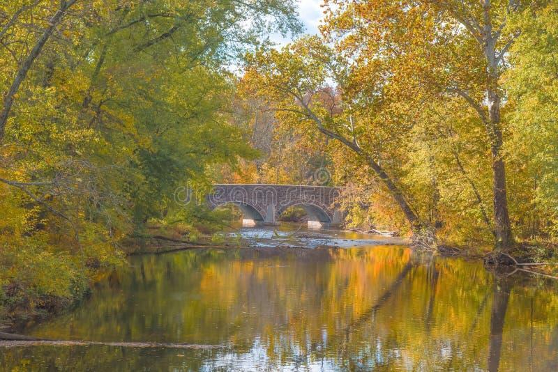 Ponte do país no outono foto de stock