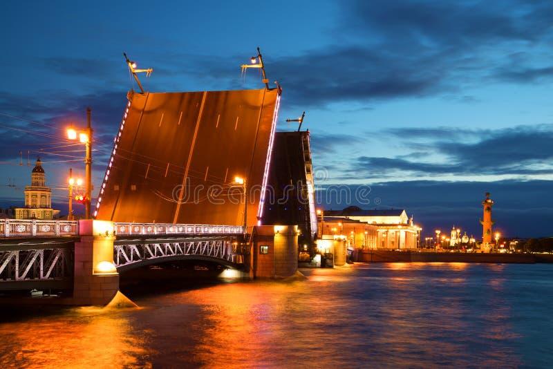 Ponte do palácio e ilha divorciadas de Vasilievsky St Petersburg, Rússia fotos de stock royalty free