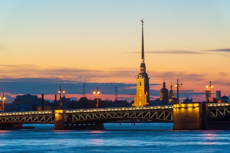 Ponte do palácio e Peter e Paul Cathedral em St Petersburg fotografia de stock