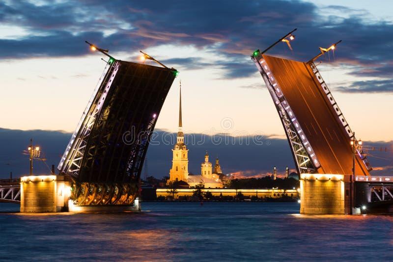 Ponte do palácio e Peter e Paul Cathedral divorciados em uma noite nebulosa de junho St Petersburg fotografia de stock