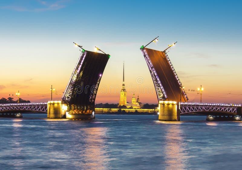 Ponte do palácio e Peter e Paul Fortress tirados na noite branca, St Petersburg, Rússia fotografia de stock
