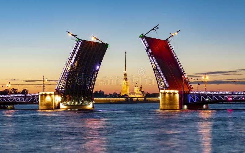 Ponte do palácio e Peter e Paul Fortress tirados na noite de verão, St Petersburg, Rússia imagens de stock
