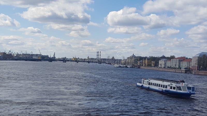 Ponte do pal?cio sobre o rio de Neva fotos de stock