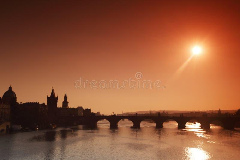 Ponte do panorama Karlov ou do Charles em Praga fotografia de stock