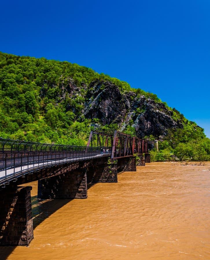 A ponte do pedestre e do trem através do Rio Potomac inundado nos harpistas Ferry, WV fotografia de stock royalty free