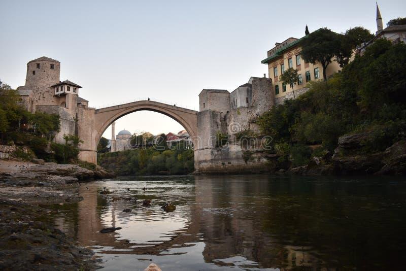 A ponte do século XVI velha do otomano em Mostar imagens de stock royalty free