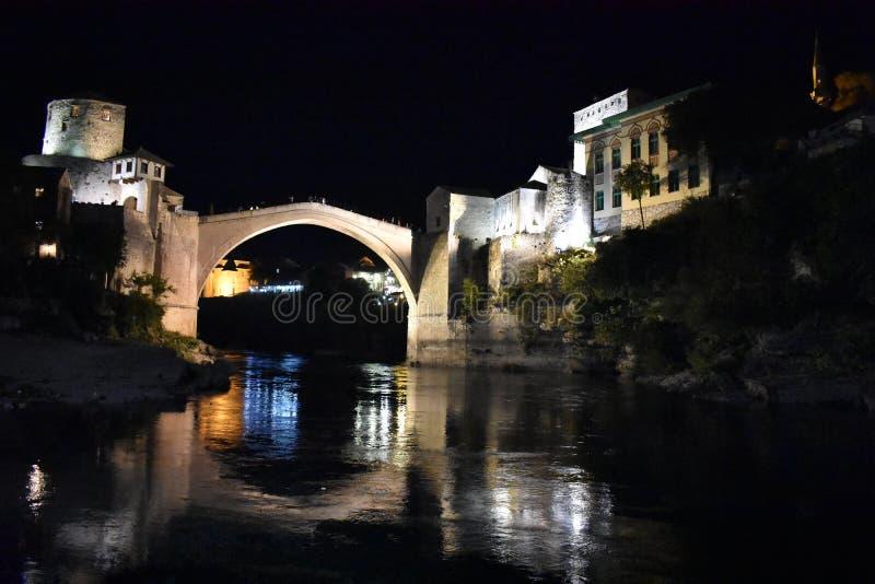 A ponte do século XVI velha do otomano em Mostar na noite imagem de stock