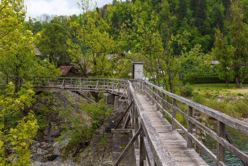 A ponte do ` s do diabo, passadiço de madeira em Skofja Loka foto de stock