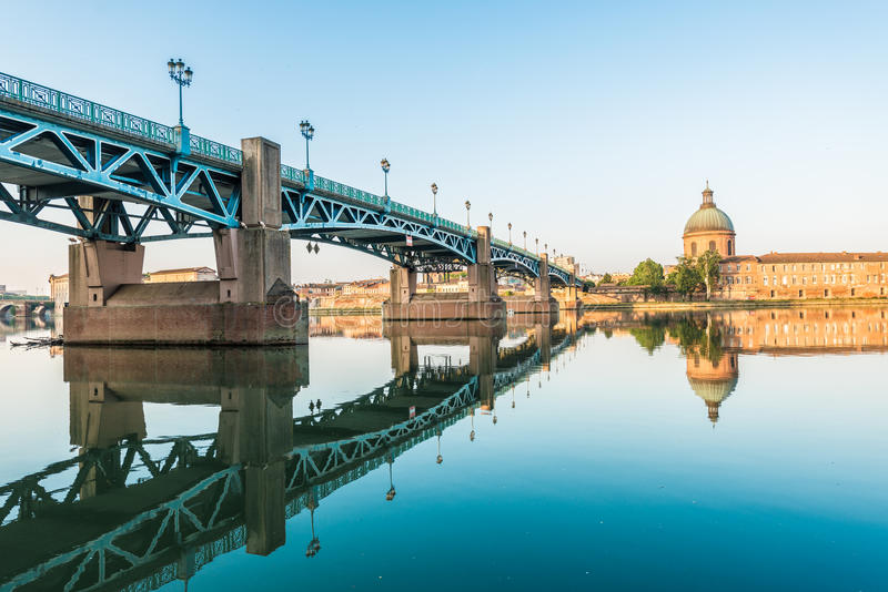 A ponte do Saint Pierre em Toulouse, França foto de stock