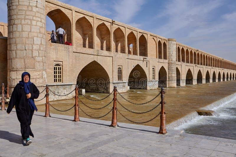 Ponte do SE do si o sobre o rio de Zayandeh, Esfahan, Irã imagens de stock