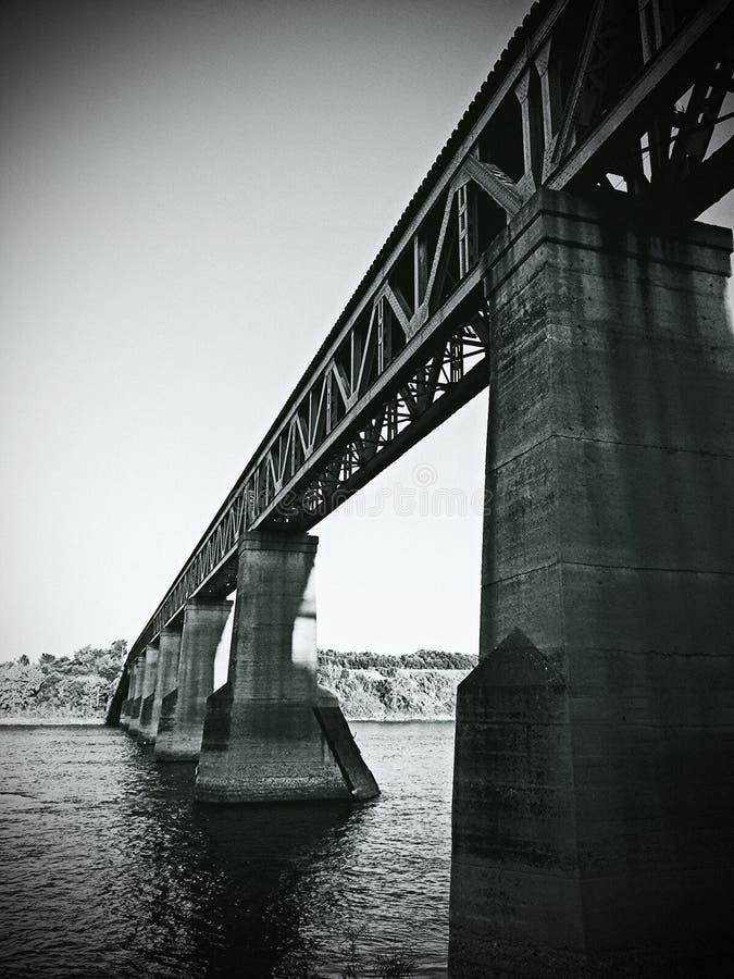 Ponte do trem de Saskatoon no rio imagens de stock royalty free