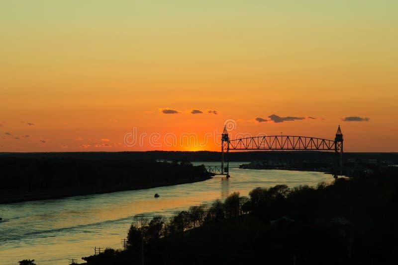 Ponte do trem sobre o canal de Cape Cod no por do sol imagem de stock royalty free