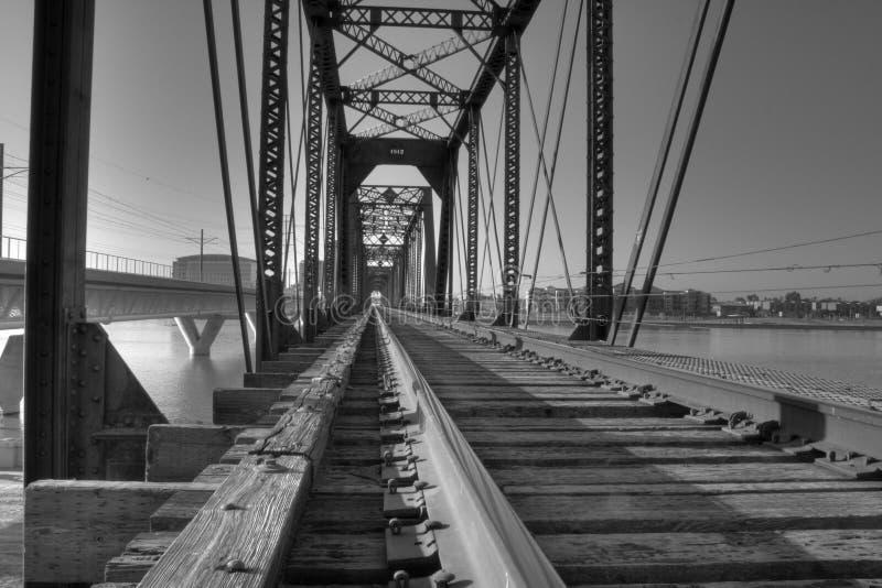 Ponte do trem sobre o lago town fotos de stock