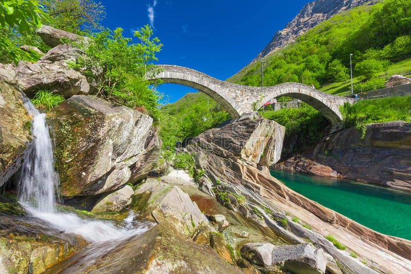 Ponte dobro da pedra do arco no dei Salti com cachoeira, Lavertezzo de Ponte, Verzascatal, Ticino, Suíça imagem de stock