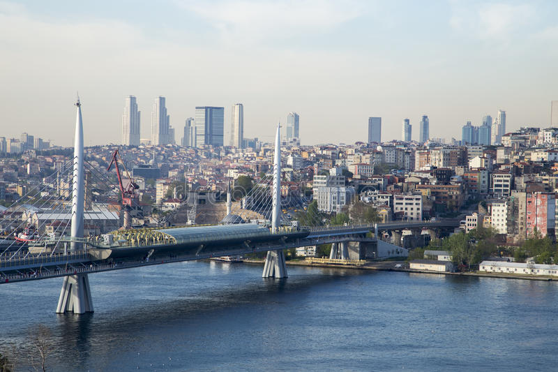 Ponte dorato della metropolitana di Horn con il vecchio e lato moderno del fondo di Costantinopoli immagini stock