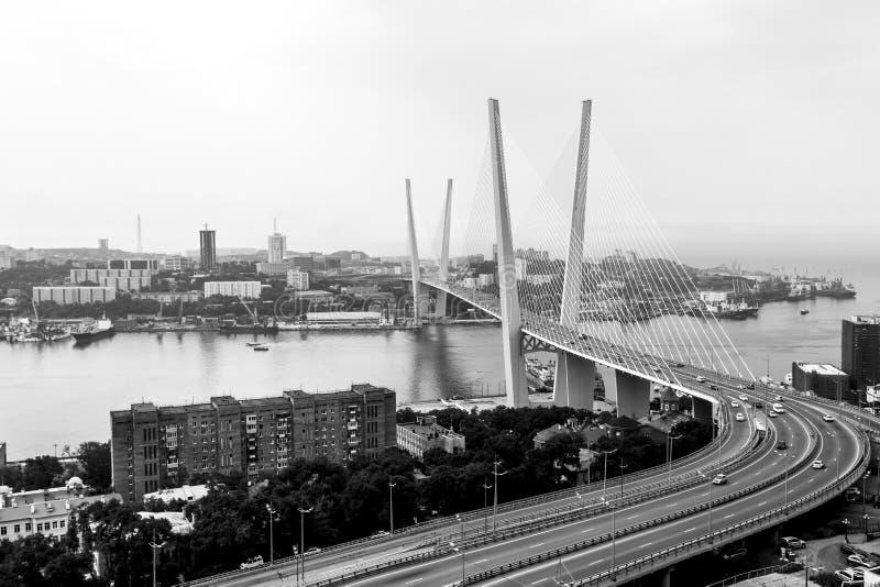 Ponte dorato in Vladivostok, Russia Immagine in bianco e nero immagine stock libera da diritti