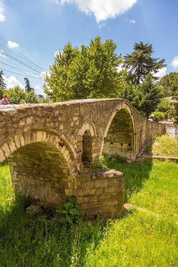 A ponte dos curtidores, ou ponte de Tabak, uma ponte do arco da pedra do otomano em Tirana, Albânia foto de stock