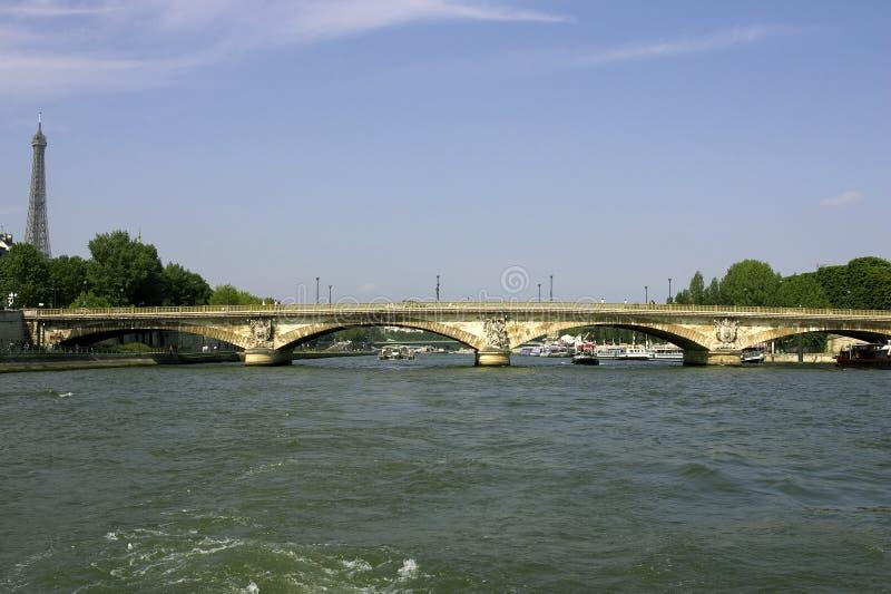 Ponte dos invalides do DES de Pont sobre o seine Paris france do rio fotografia de stock royalty free
