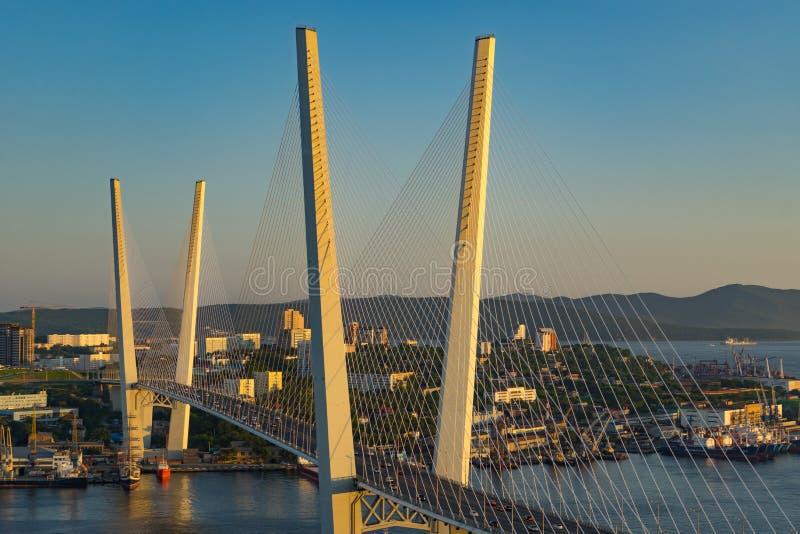 A ponte dourada é um marco da cidade no por do sol imagem de stock