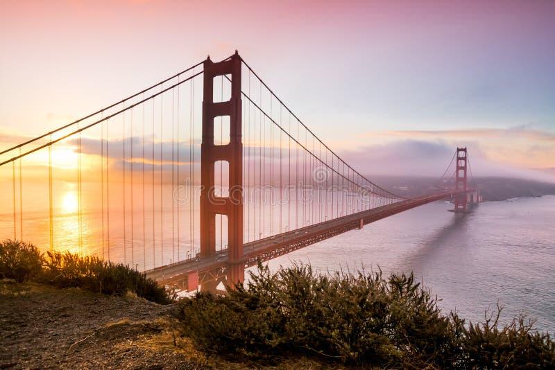Ponte dourada de San Francisco no nascer do sol fotos de stock