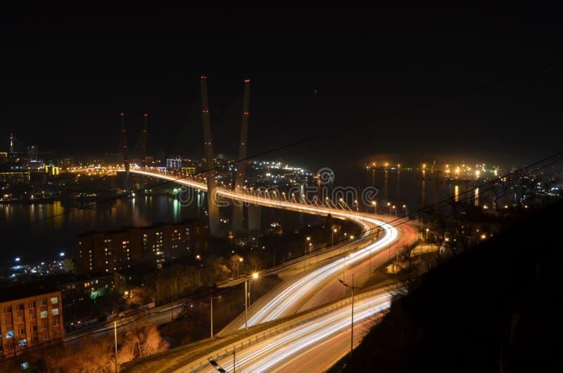 Ponte dourada Vladivostok na noite fotos de stock