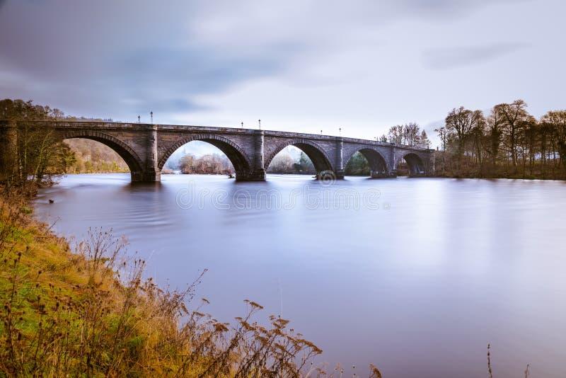 Ponte Dunkeld sobre o rio Tay, em Perthshire, Escócia A famosa ponte de Telford sobre o poderoso rio Tay, Dunkeld, Perth & imagem de stock royalty free