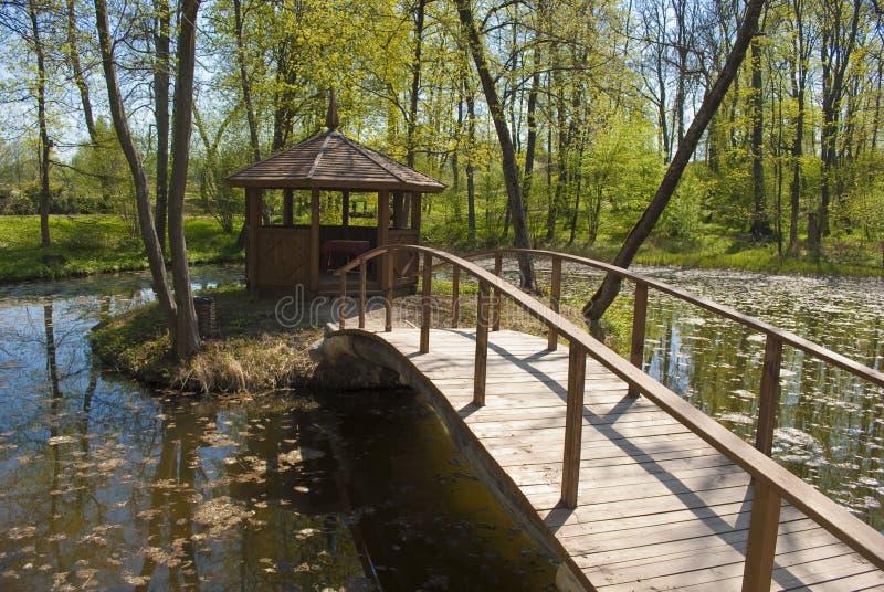 Ponte e alcove no parque foto de stock