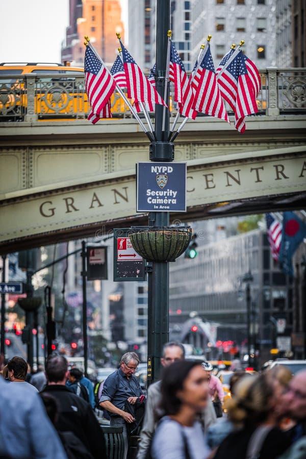Ponte e bandeiras dos EUA na saída do metro central Sta de Grans foto de stock