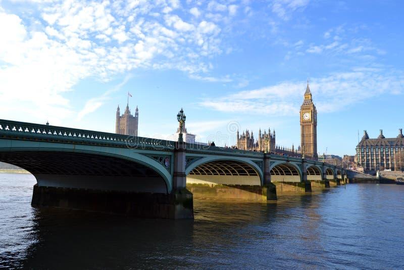 Ponte e Big Ben de Westminster vistos do banco sul do rio Tamisa fotografia de stock royalty free