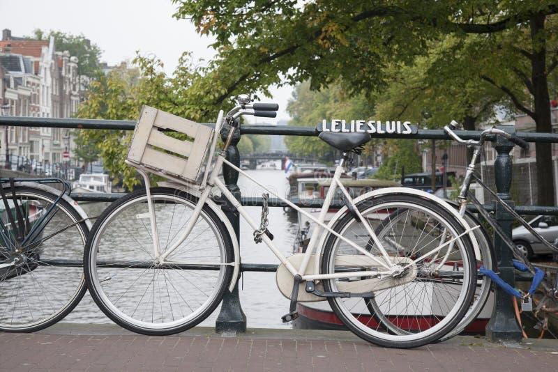 Ponte e canal de Leliesluis com bicicleta, Amsterdão fotos de stock