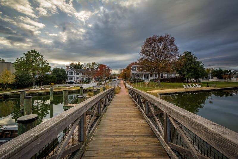 Ponte e casas dentro ao longo do porto, em St Michaels, Maryland foto de stock royalty free