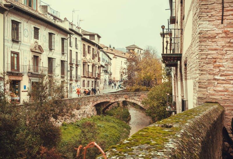 Ponte e case di pietra nell'area storica della città in Andalusia all'autunno immagine stock libera da diritti