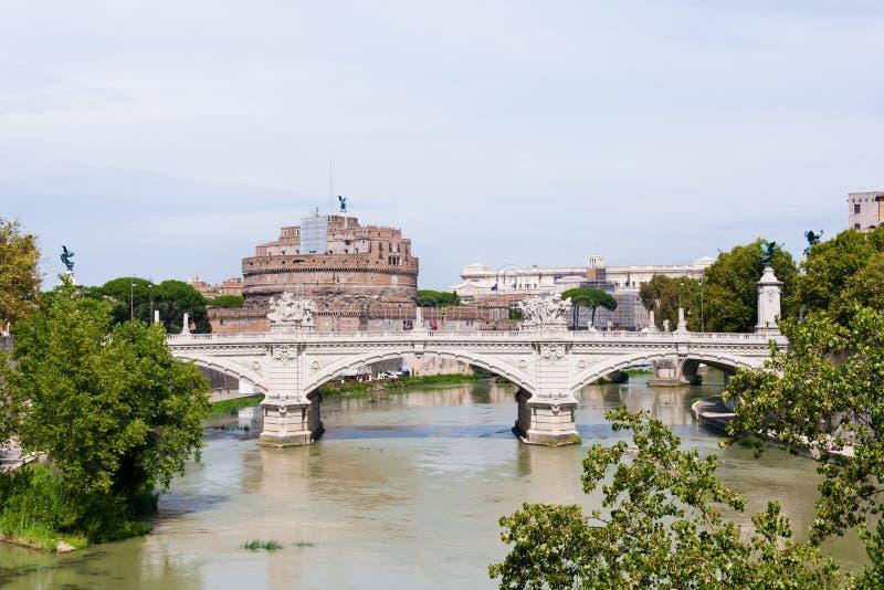 Ponte e castelo de Angelo imagem de stock