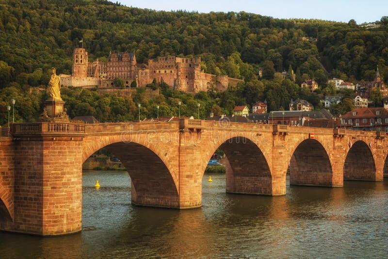 Ponte e castelo velhos de Heidelberg no por do sol imagem de stock