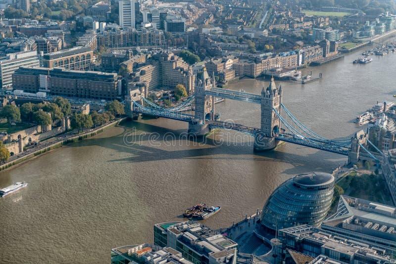 Ponte e comune della torre di Londra dal coccio immagine stock libera da diritti