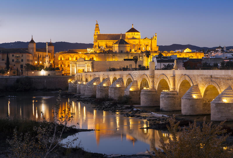 Ponte e Cordova romani alla notte immagini stock libere da diritti