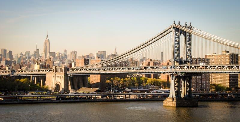 Ponte e Empire State Building de Brooklyn em New York fotografia de stock