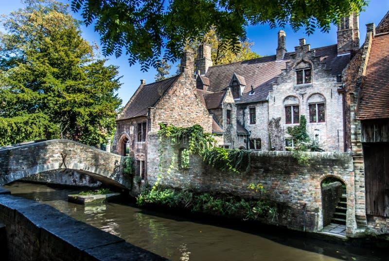 Ponte e escadaria em Bruges fotos de stock