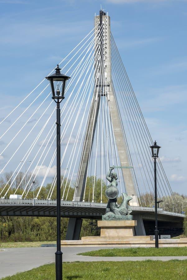 Ponte e estátua modernas da sereia em Varsóvia fotos de stock royalty free