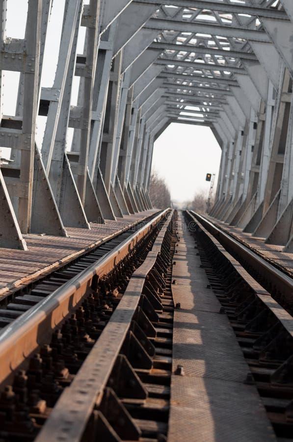 Ponte e ferrovia al ponte del sunrisesilver e ferrovia d'argento ad alba, vista verticale fotografia stock libera da diritti