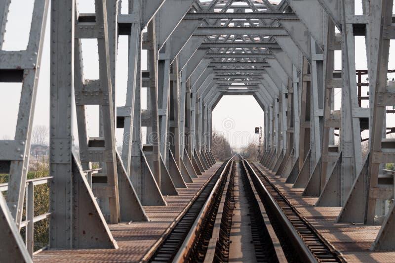 Ponte e ferrovia d'argento ad alba fotografie stock